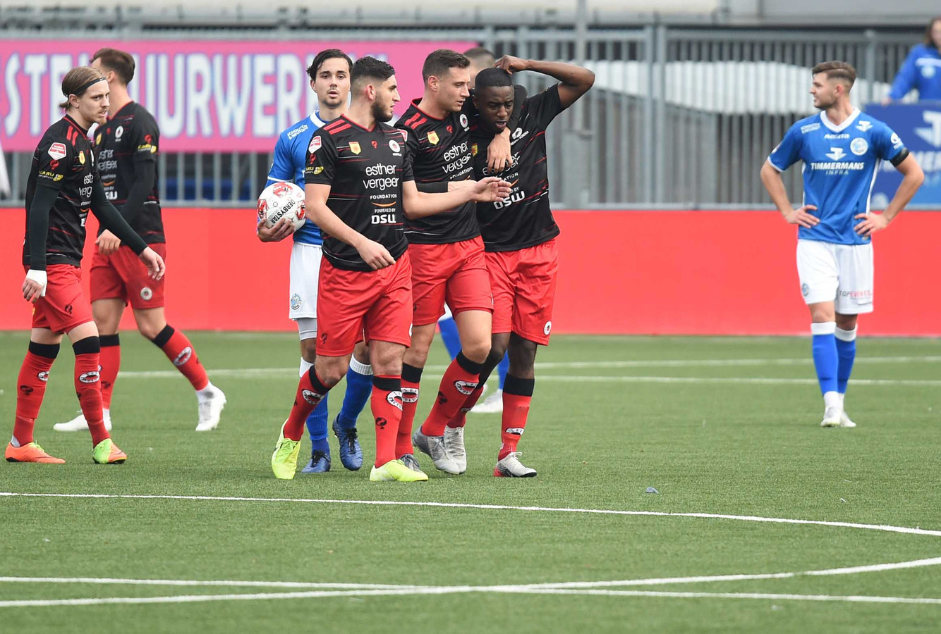 Excelsior-speler Ahmad Mendes Moreira (rechts) wordt gesteund door medespelers nadat hij racistisch bejegend werd vanaf de tribunes in Den Bosch.