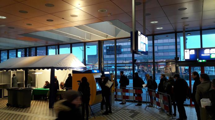 Een rij van kiezers in het stembureau op Station Nijmegen, 21 maart om 7 uur 's ochtends.