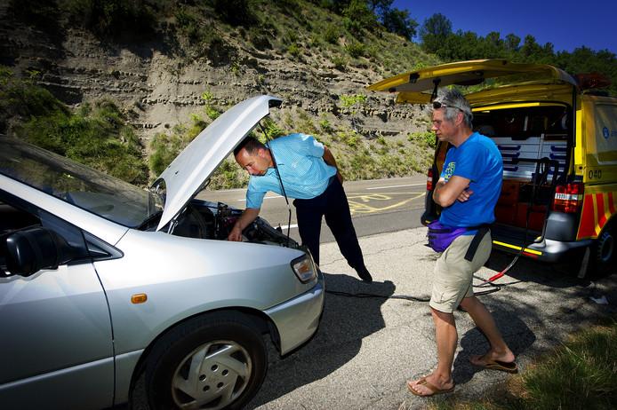 Adriaan Autsema van de ANWB Wegenwacht helpt Nederlandse toeristen die met autopech zijn gestrand op de Franse wegen.