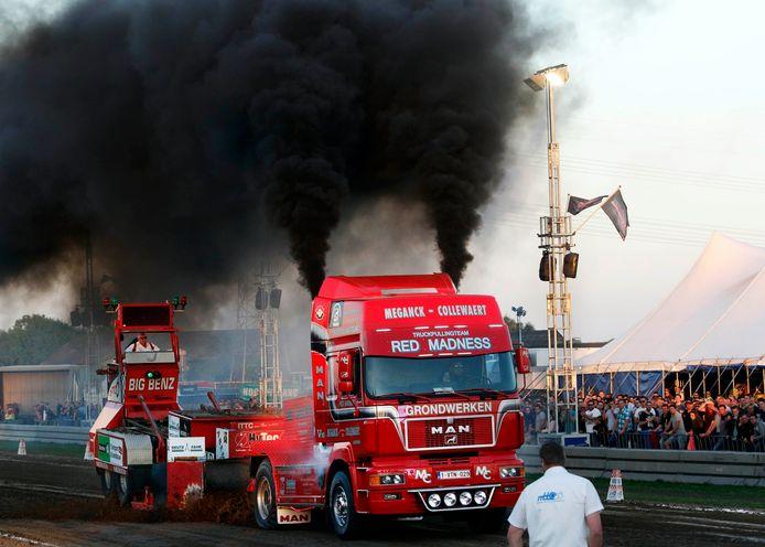Dikke zwarte rookpluimen  in de vrachtauto-klasse. Foto: Gerard van Offeren/pix4profs