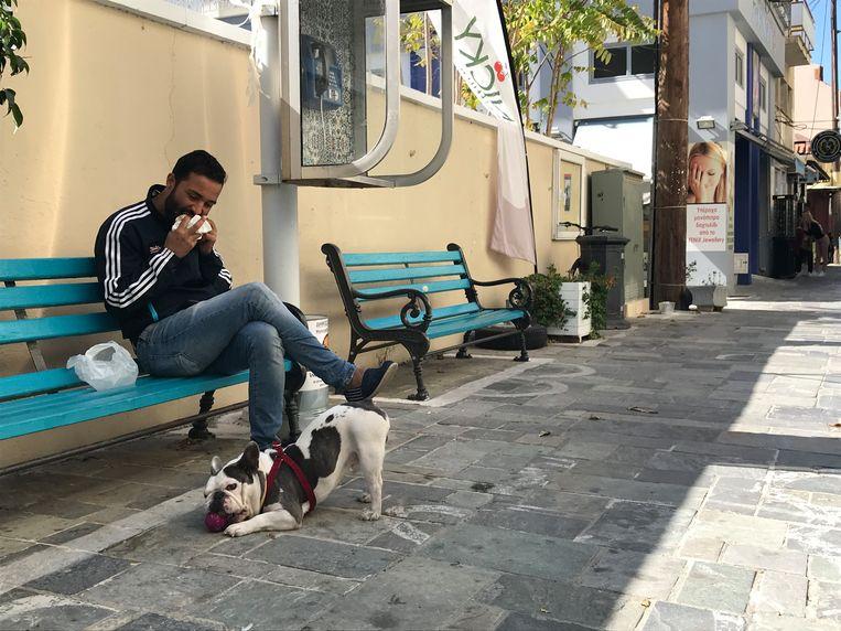 Hamid Hamdard eet zijn pitabroodje op een bankje nadat hij van een terras werd gestuurd Beeld Thijs Kettenis