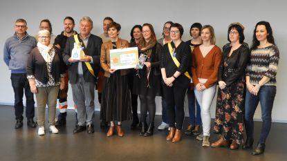 Pleegzorg West-Vlaanderen ontvangt ferme cheque na warme acties van gemeente en OCMW