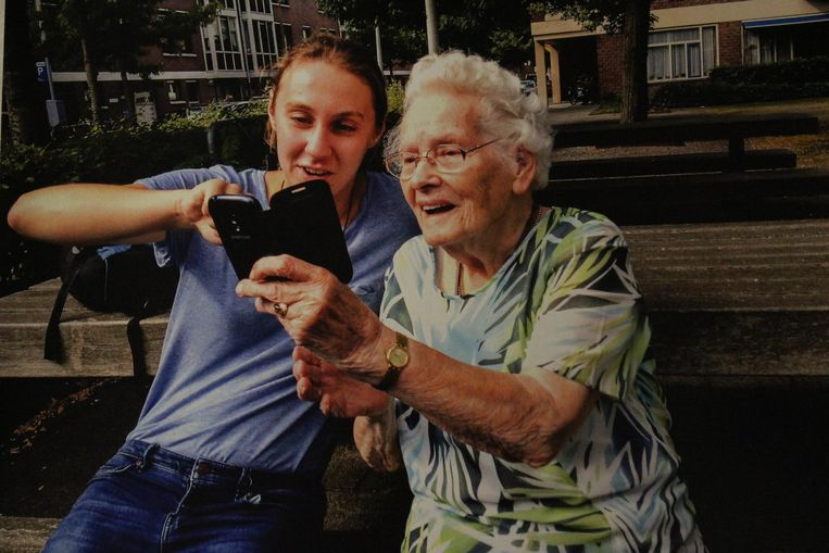 Voor de tentoonstelling The Art of Making Selfies werkten jongeren samen met de bejaarden. Beeld Annelotte Stroober