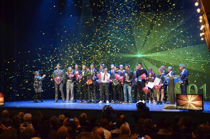 Alle winnaars van het Bergse sportgala op het podium van theater De Maagd.