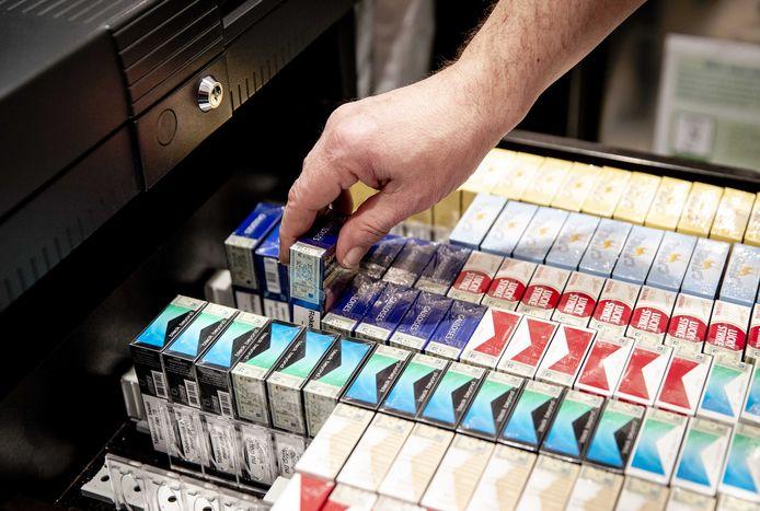 Pakjes sigaretten in een Kiosk worden vanaf donderdag niet meer in deze verpakking verkocht, maar in een neutrale verpakking.