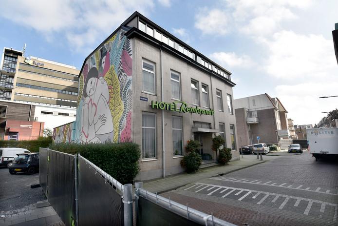 De politie doet onderzoek bij Hotel Rembrandt in Arnhem.