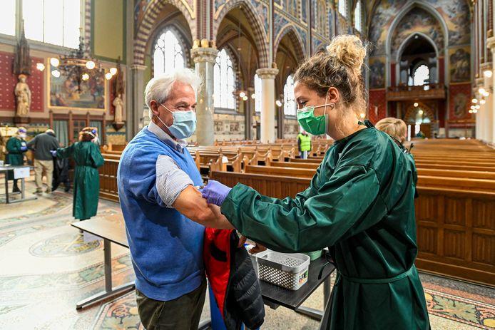 Jan Bouwmeester haalt de griepspuit in de Laurentiuskerk van Oud Gastel.