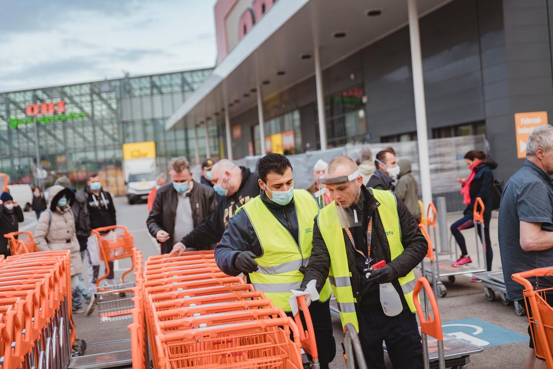 Bouwmarkten en tuincentra behoren bij de winkels die weer open mogen in Oostenrijk. De versoepelingen zijn voorwaardelijk, benadrukte bondskanselier Sebastian Kurz. Beeld Fabian Weiss