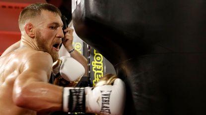 """Daar is McGregor weer! """"Mayweather zal het geen twee ronden volhouden"""""""