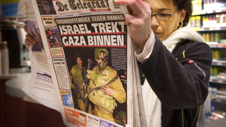 Een vrouw leest De Telegraaf. © ANP Beeld