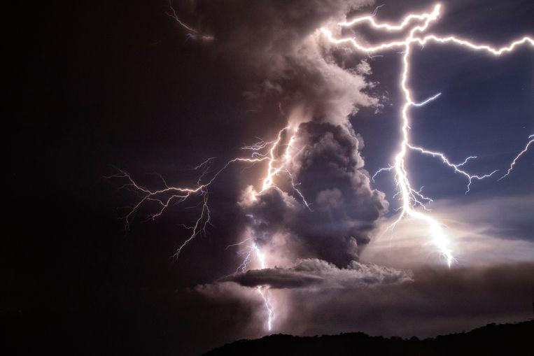De uitbarsting zorgt ook voor felle bliksems boven de vulkaan.