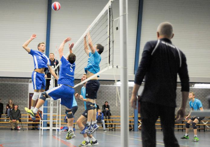 De volleyballers van Forza (links) gingen onderuit.
