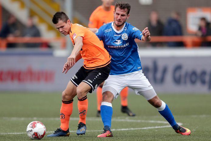 Nick Runderkamp (FC Volendam) probeert Paco van Moorsel (FC Den Bosch) van zich af te houden.