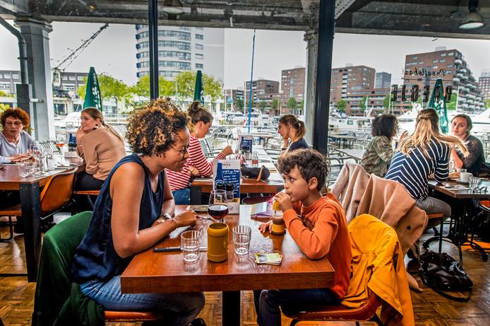 Een drankje doen bij proeflokaal Bregje bij de Entrepothaven.