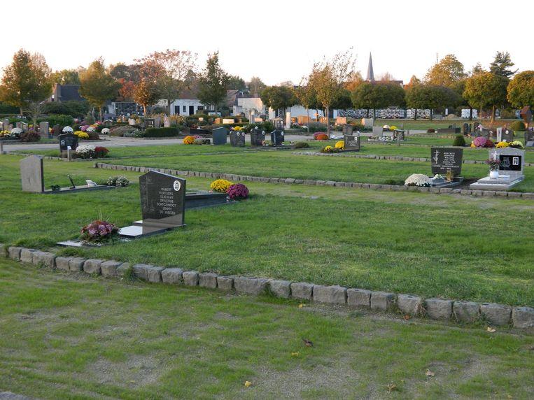 De begraafplaats van Waarschoot laat een opmerkelijk lege indruk na.