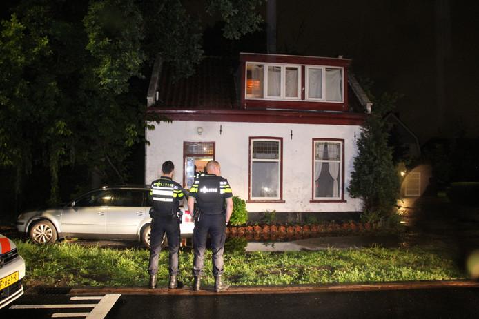 - De politie heeft woensdagavond een inval gedaan in een woning aan de Van Buerenlaan in Kwintsheul.
