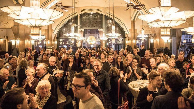 Gasten op het Arnon Grunberg 'Wodka of Wijn'-evenement in het Hotel American te Amsterdam. Beeld Marlena Waldthausen