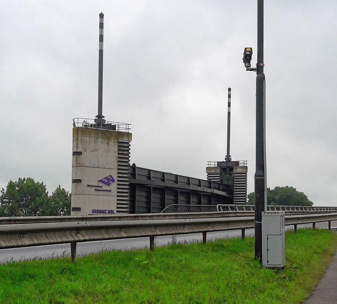 De ANPR-camera op de Bergsche Maasdijk bij keersluis De Kromme Nol.
