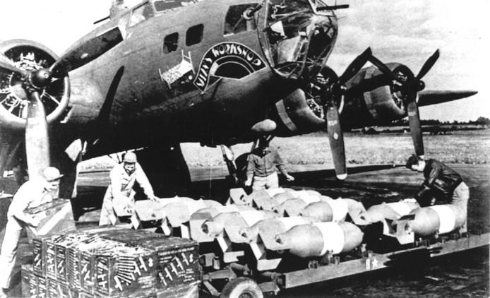 Foto ter illustratie: een B-17 wordt in 1943 beladen met bommen.
