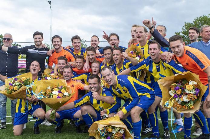 Het eerste elftal van SV Valkenswaard viert op 16 juni de promotie naar de tweede klasse na winst in de finale van de nacompetitie tegen PSV AV.