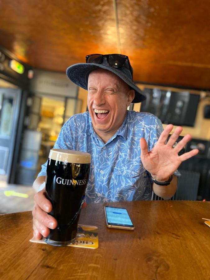 Na weken drinkt Guido Zijlstra weer eens een Guinness in café O'Donnell's in de Pijp.