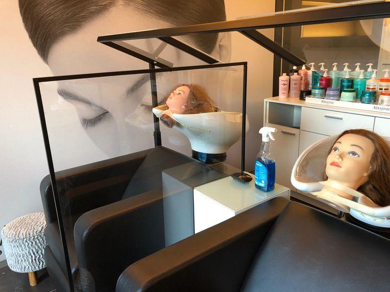 Bij kapper Jan in Staden hangt er niet alleen tussen de stoelen plexiglas, maar zelfs boven de wastafels.