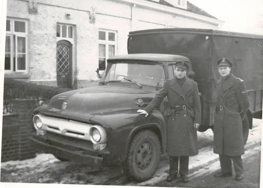Ex-commies Martin Sonntag zat van 1957 tot 1966 in het grenskantoor Budel/Hamont. Hier op de foto poseert hij met zijn collega J. van Keulen, bij inbeslaggenomen smokkelauto's.