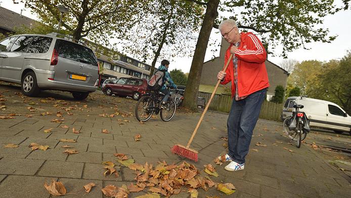 Wim ten Cate bezemt de blaadjes graag bij elkaar