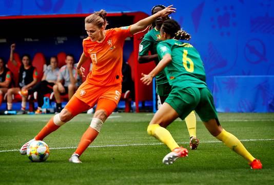 Vivianne Miedema haalt uit voor haar tweede goal tegen Kameroen.