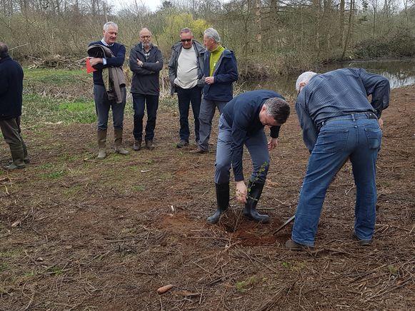 Minister Koen Van den Heuvel (CD&V) mocht zelf een perelaar planten.