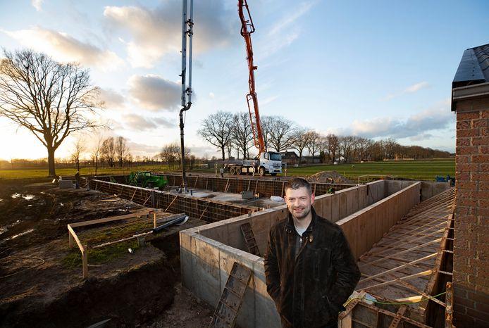 William Meulendijks bij de aanbouw: hier wordt de nieuwe mestinstallatie aan een bestaande stal gebouwd.