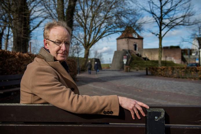 Dominee Frans Verbaas uit Heusden op een van de leugenbankjes die dienden al inspiratiebron voor zijn nieuwste roman.