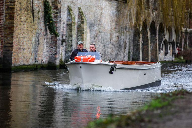 De elektrische toeristenboot tijdens zijn eerste ritje