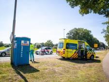 Verkeersregelaar aangereden, politie zoekt ouder stel in roodbruine cabrio