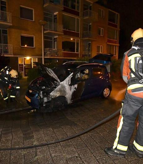 Auto vat vlam door startkabels in Hazerswoude Rijndijk