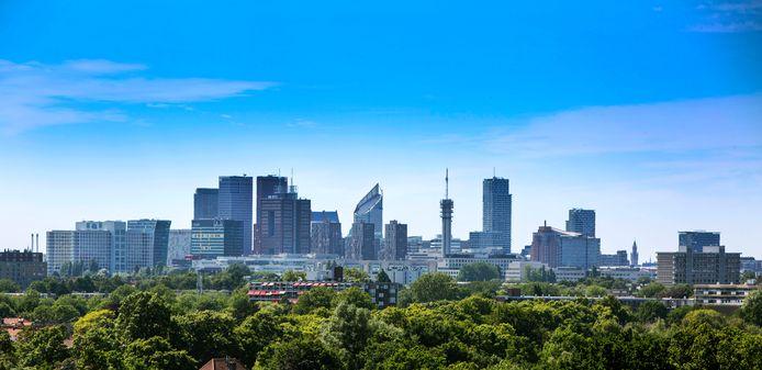 De skyline van Den Haag telt steeds meer hoogbouw, waaronder woontorens. Niet van alle flats staat vast dat ze veilig genoeg zijn in geval van brand.