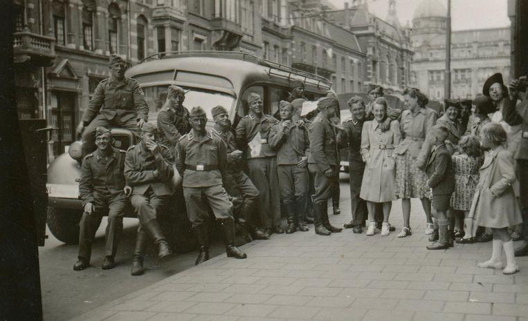 'Hübsche Mädchen.' De Luftwaffe, een eenheid van de Duitse luchtmacht, bezocht in de zomer van 1940 de stad met legerbussen. In de Marnixstraat poseerden ze met twee meisjes. Een van de soldaten maakte deze opname voor zijn eigen fotoalbum Beeld BBWO2/NIOD