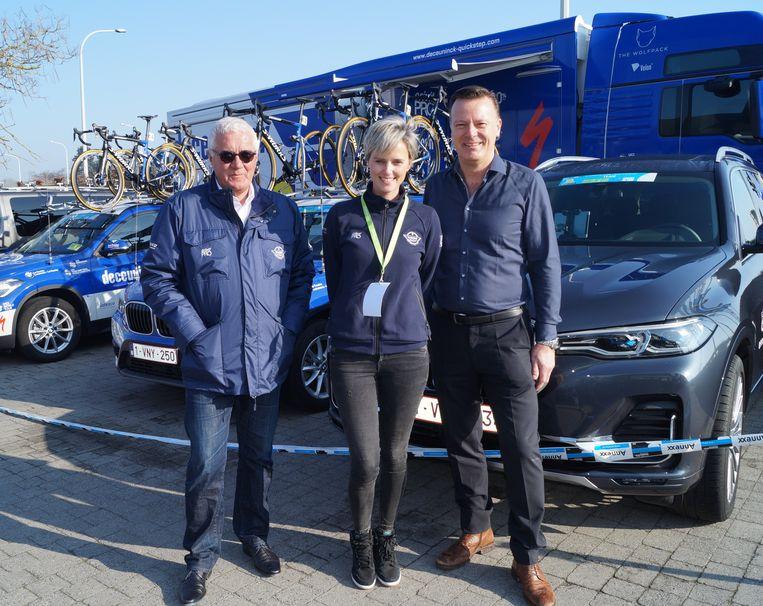 Patrick Lefevere en Stephanie Clerckx van wielerploeg Deceuninck-Quickstep samen met Jochen Heytens van hotel-restaurant Shamrock.