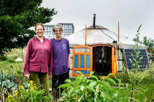 Maarten Stam uit Deventer, met partner Karen: ,,In zo'n kleine ruimte heb je alles binnen handbereik.''