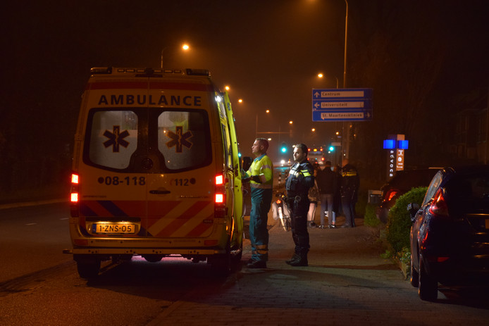 Een verpleegkundige van de ambulance heeft de fietser ter plekke eerste hulp verleend.