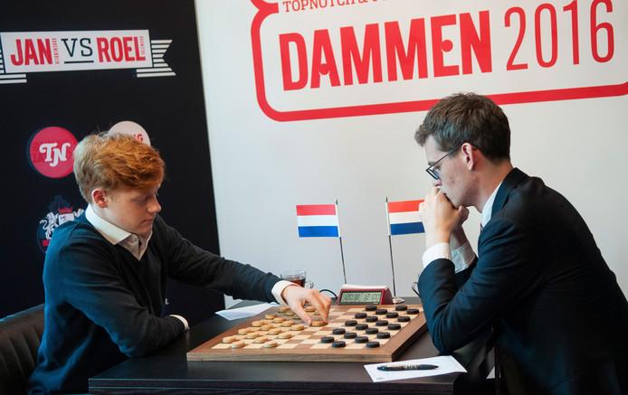 Jan Groenendijk (links) speelt met wit