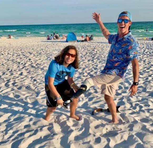 Surfer Carter Hess krijgt zijn prothese terug. De jonge Sebastian dook het kunstbeen op.