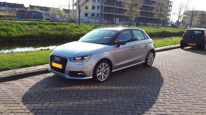 De in Amsterdam gestolen auto is afgelopen nacht geparkeerd aan de Thailandsingel.