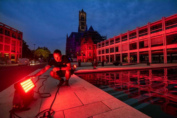 Medewerkers van Nightlife Production uit Duiven hebben dinsdagavond het gemeentehuis van Arnhem in het rood gezet. Foto: Gerard Burgers