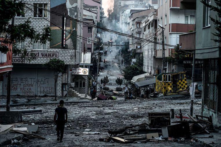 Een demonstrant in het district Gazi in Istanbul, waar zondag een politieagent om het leven kwam tijdens protesteren tegen de Turkse regering. Beeld afp