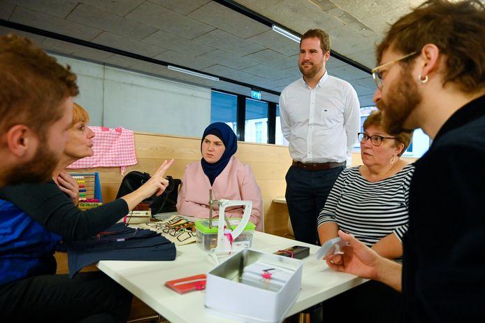 Babbels over dagdagelijks dingen om Nederlands te oefenen, dat is het opzet van Caféklap.