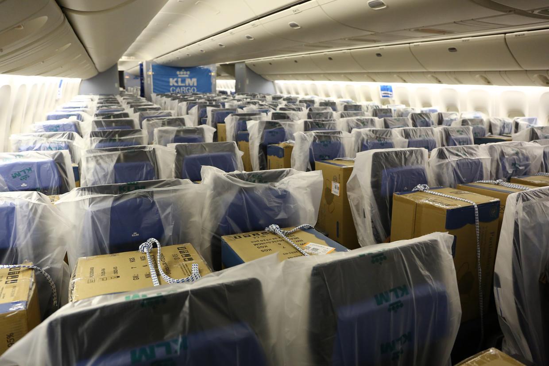 KLM vervoert nu cruciale luchtvracht, waaronder mondkapjes, op de passagiersstoelen. Beeld KLM