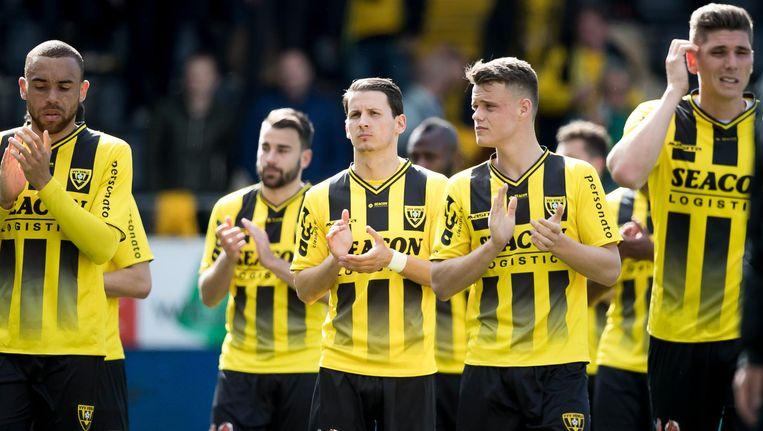 Spelers van VVV verlaten het veld na het gelijkspel tegen FC Emmen. Beeld null