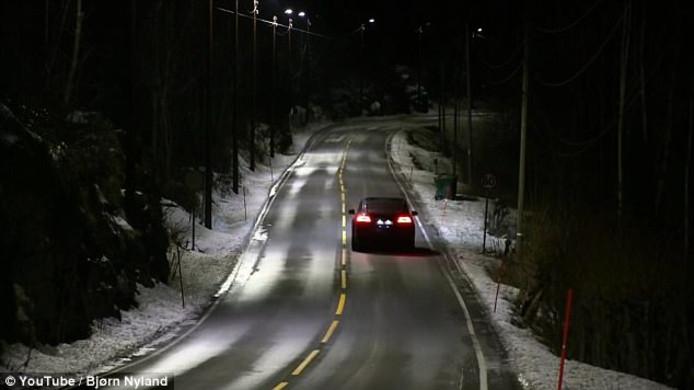 De dynamische straatverlichting van het plaatsje Hole in Noorwegen
