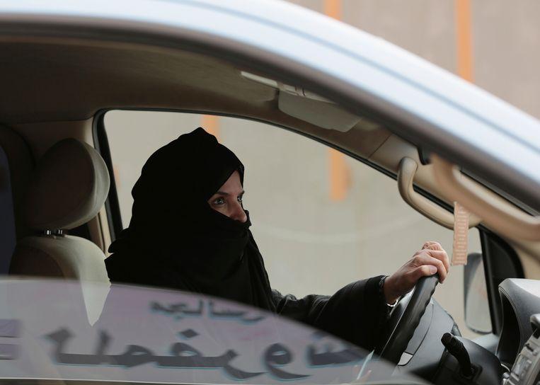 Mensenrechtenactiviste Aziza al-Yousef achter het stuur van een wagen in 2014. Ze werd vandaag vrijgelaten na negen maanden in de cel.